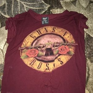 Cute guns and roses tee size M